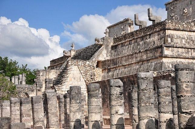 チチェン・イッツァは、ユカタン半島に残されたマヤ古典期最大の都市遺跡です。 果てしなく広がるジャングルの中に、戦士の神殿や天文台など、数多くの遺跡群が点在します。 この地域では、近くにある湖の水を利用することで紀元200年ころから農耕が発達。それとともに人口が増加し、500年ころから多くの建造物が建築されるようになったそうです。 最盛期は、800年頃で5万人が住んでいました。 ユカタン半島で栄えたマヤ文明の都市国家は、なぜ滅びたのだろうか。 その理由は、いまだ明かされていない考古学上の謎だそうです。