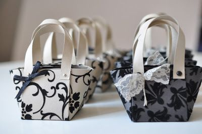 Kleine Handtaschen...  ... aus altem Papier - also aus älterem Papier - also aus Papier, das schon wirklich lange im Schrank liegt.        ...