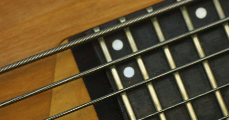 """Cómo arreglar un traste que no suena bien. Con el tiempo, los trastes de una guitarra o de un bajo pueden llevar a que las notas no suenen bien. Estos trastes """"muertos"""" han sido usados por debajo del nivel de los otros trastes de su alrededor. Con el fin de arreglarlos, primero debes quitarlos y, a continuación, insertar trastes nuevos. Con un poco de experiencia, reemplazarlos puede ser ..."""