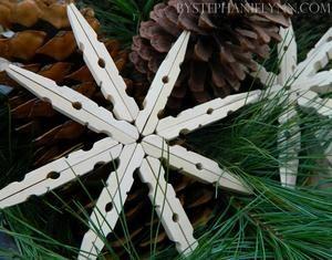 Decoratieve sneeuwster eenvoudig gemaakt van houten wasknijpers. Voor een extra feestelijke uitstraling kun je de ster schilderen en er wat glitters opstrooien. Maar voor een natuurlijke uitstraling laat je hem gewoon blank.