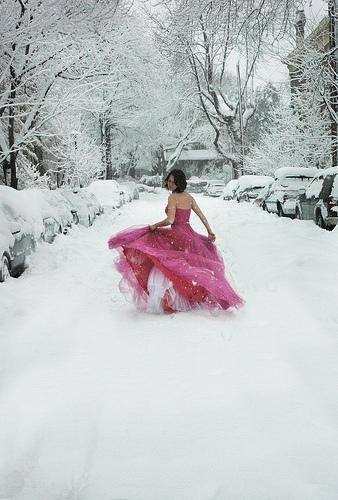 I'd love a shot like this in my wedding dress. Too bad I'm not having a winter wedding.
