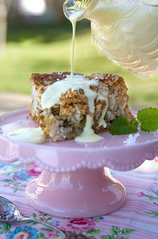 Mjuk, saftig och supergod rabarberkaka med smak av kardemumma. Ett populärt recept som räcker till många. Ät med vaniljkräm eller vaniljssås!