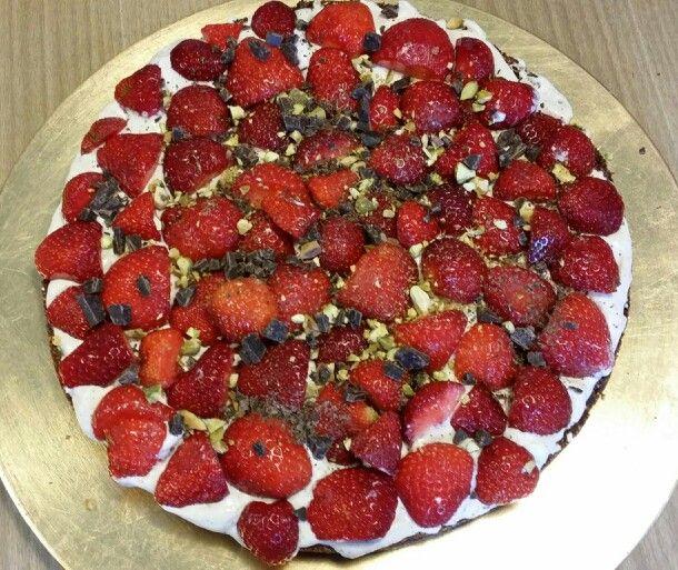 Sundt sødt. Danish strawberry summerpie.  Smagte godt og succes hos ungerne. Bunden hang dog fast og smagte meget af kokosolie, vil bruge smør næste gang. Sukrin i creme. efter opskrift fra http://www.bloglovin.com/blog/post/4003937/2951