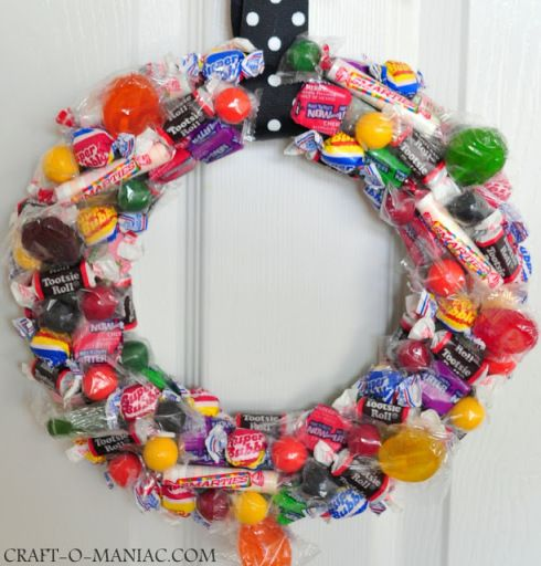 leftover candy wreath: Treats Wreaths, Tricks Or Treats, Halloween Trickortreat, Halloween Candies, Diy Tutorial, Halloween Crafts, Candies Wreaths, Halloween Wreaths, Halloween Tricks