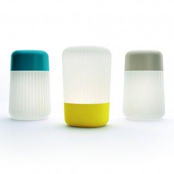 Lampe extérieure Koho – Bleu – IP65 – Fontana Arte  La lampe extérieure Koho de la marque Fontana Arte sera votre meilleure alliée pour vous éclairer en extérieur. Sous un design simple et fonctionnel, elle est 100% nomade. Ce luminaire design est pourvu d'un variateur de lumière, qui selon l'intensité choisie possède une autonomie de batterie maximale allant de 7 à 19 heures. Ainsi, vous pourrez l'emmener partout grâce à son indice de protection IP65