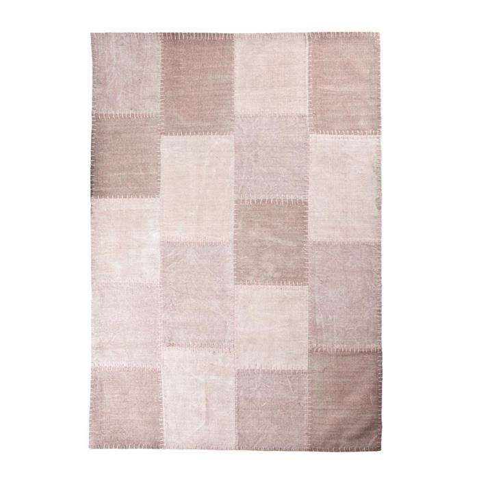By-Boo tapijt Mono Patchwork stof roze 200x290cm  Description: Met dit By-Boo tapijt Mono Patchwork stof roze 200 x 290 cm creëer je een aangename sfeer in je woning. Dit tapijt is niet alleen mooi maar houdt je voeten ook lekker warm. Het tapijt is voorzien van een mooie hokjesprint. Het is gemaakt van stof en heeft een afmeting van 200 x 290 cm. Dit tapijt staat perfect in zowel je woon- als slaapkamer. Zo kun je het in je woonkamer bij de bank neerleggen of in je slaapkamer naast het bed…
