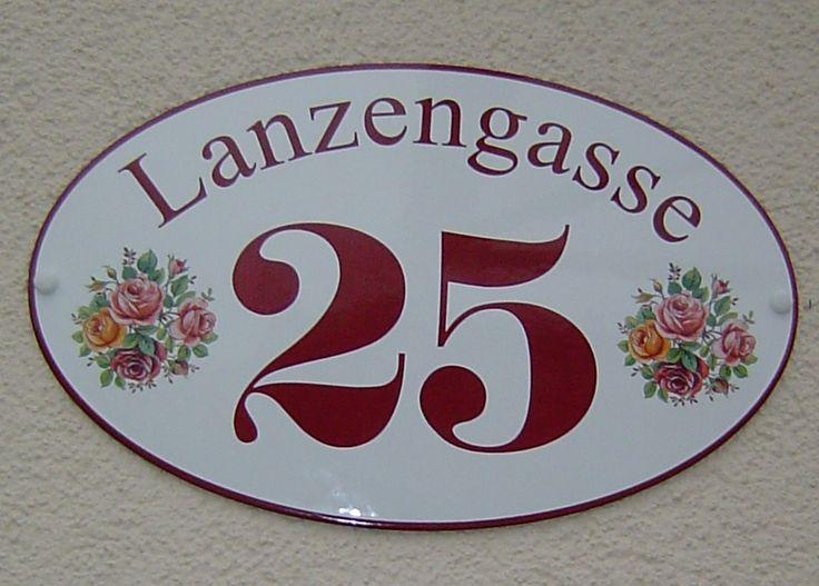Rosiges Hausnummernschild aus Email mit eingebrannten Rosenmotiven und passender Schriftfarbe