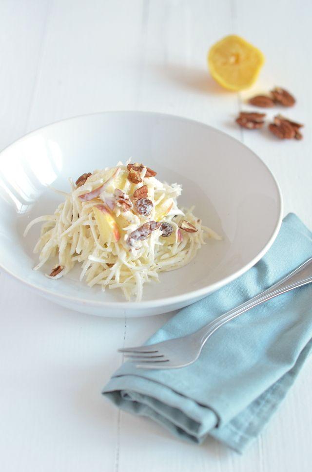 Selderijsalade- Misschien iets minder doordrenkt van de mayonaise en de olie, maar net zo lekker. Misschien nog wel lekkerder. Kijk, je kunt deze salade ook heel goed op een stokbroodje serveren. Maar je kunt hem ook zo eten als lunch, of als bijgerecht bij je avondeten. Dit recept laat ook zien dat je van wintergroentes zoals knolselderij, prima salades kunt maken. I like!