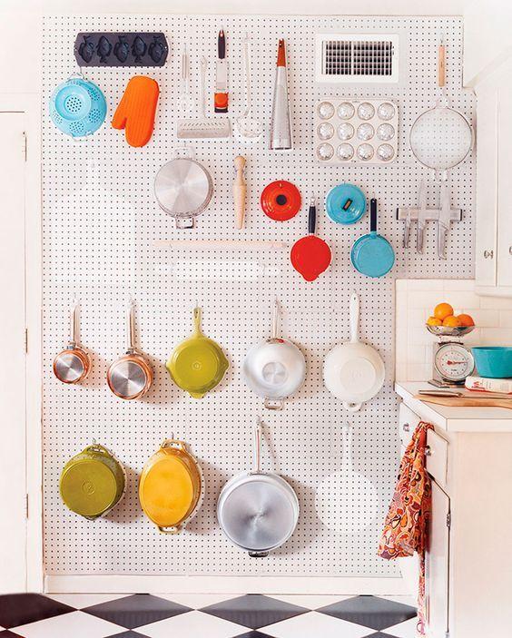 Decoração de apartamento pequeno, mini apartamento, decoração de cozinha com os utensilios no pegboard.