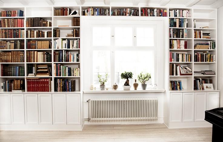 Platsbyggd bokhylla från Jerker Inredning & Form. Rita upp din egen på www.platsbyggdbokhylla.se