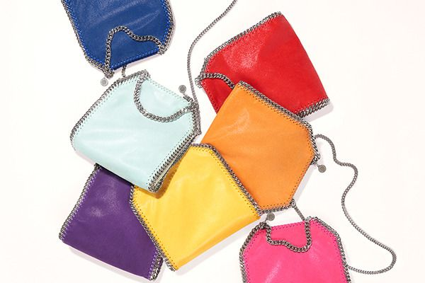 ステラ・マッカートニーのアイコニックなバッグ「ファラベラ」が7色で登場する「レインボー ポップ ファラベラ コレクション」