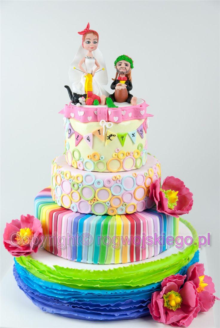 Kolorowy tort weselny z ręcznie modelowanymi figurkami