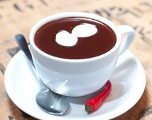 Horká čokoláda Pravá horká čokoláda vzniká roztavením čokolády v mléce či vodě, intenzitu chuti a hustotu nápoje určuje množství použité čokolády. V pěniči mléka Catler MF 8010 ohřejte vodu na 60°C. Do horké vody postupně nasypejte čokoládové pecky. Na 250 ml vody je potřeba 50 g tmavé čokolády nebo 60 g bílé čokolády a maximálně čajová lžička kakaového másla. Na závěr se do rozpuštěné čokolády přidává koření dle vlastní chuti. Mezi tradiční ingredience patří chilli, med a vanilka.