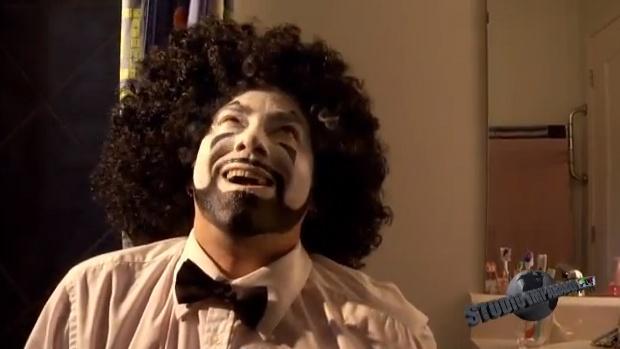 Fil et cim s'aperçoivent que leur costumes de clowns laissent une impression sur tout ceux qu'ils rencontrent, même un homme statu exprime son impression à leur sujet!