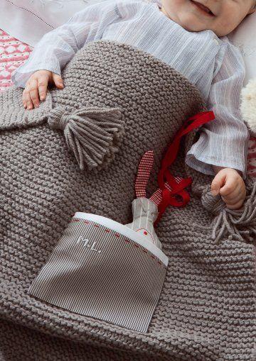 Couverture pour bébé tricotée en gris souris avec pochette rayée et doudou lapin