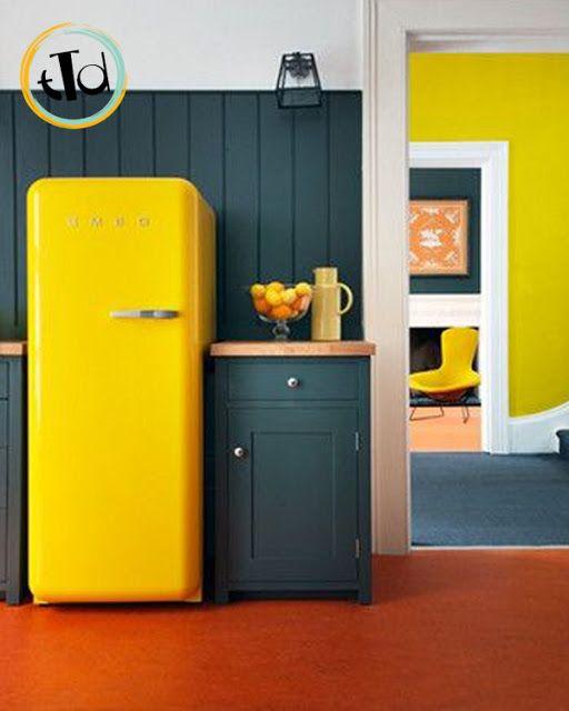 Il frigorifero #smeg viene particolarmente valorizzato in un ambiente con colori molto scuri, come un pavimento o mobili sui toni del nero. Il giallo spiccherà e porterà la luce nella vostra cucina.