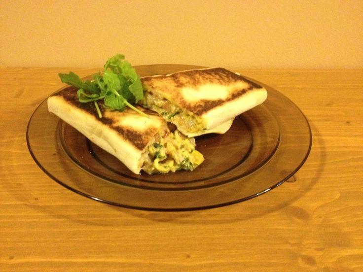Legújabb, könnyen variálható receptünk egy egyszerű tojásrántotta tortillába töltve.