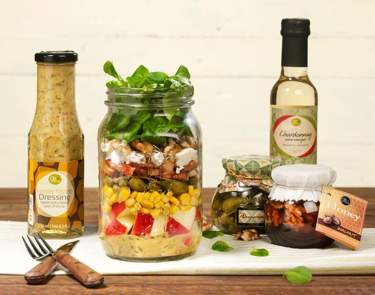 Deze vrolijke Salad in a Jar heeft een klassiek tintje en kent een fijne afwisseling van smaken en bite. Friszoete appel, zure kappertjes, romige geitenkaas, rijke walnoten en een honing tij dressing.