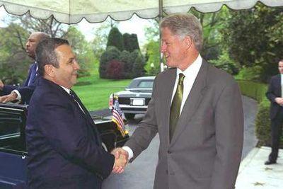 presidentti Bill Clinton ja Israelin PM Ehud Barak   Community Post: 65 Years Of US-Israel Solidarity: A Look Into The History Of The US-Israel Relationship