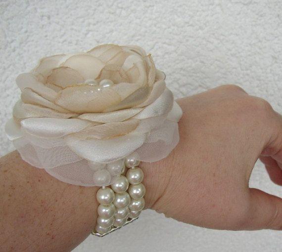 Accesorio perfecto para todas las mujeres importantes en su ceremonia de boda! También será una adición elegante a un vestido de fiesta.  Bella flor es hecha a mano del satén y chifon en marfil y champagne con adorno de diamantes de imitación de perlas cosida en el centro.  La flor mide 3,15(~ 8 cm) y se une a la correa del estiramiento de 3 hilos de perlas.  Por favor en contacto conmigo si quieres que un diverso color de la flor.  ¡Gracias por visitar mi tienda