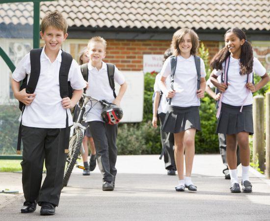 Volta às aulas é voltar a cuidar de uniformes! Confira as dicas sobre cuidados com as roupas escolares pra manter tudo bem cuidado e conservado o ano todo!