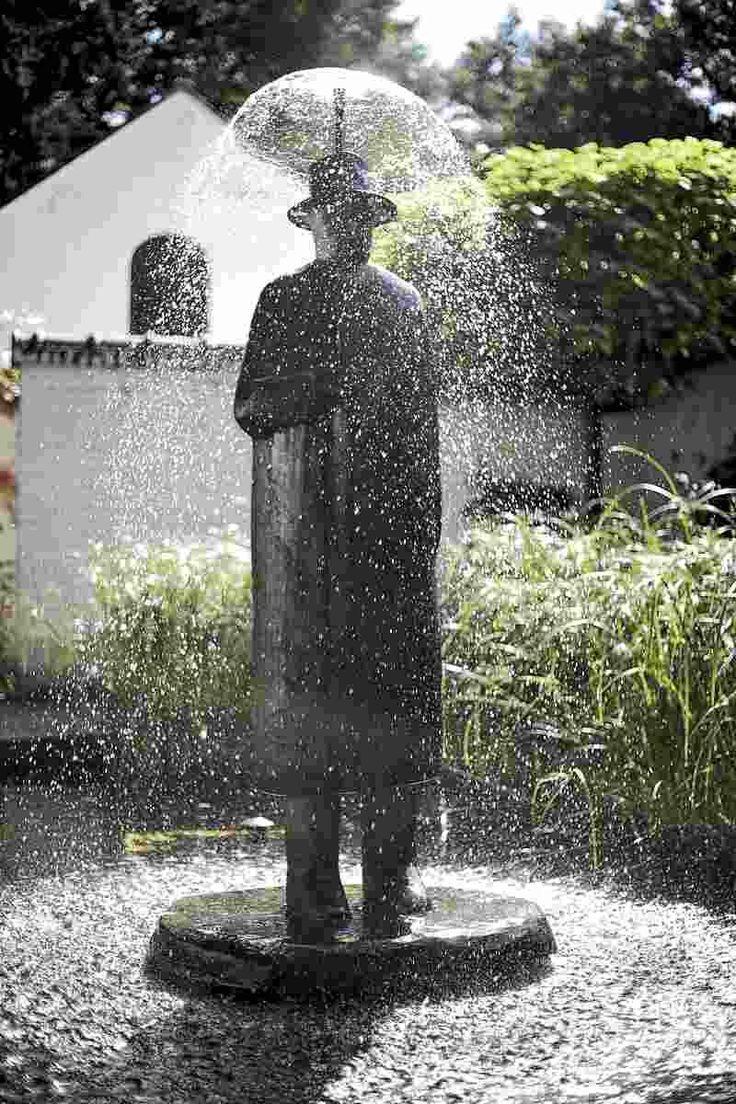 La pluie oeuvre en bronze de jean michel folon art for 7194 garden pond
