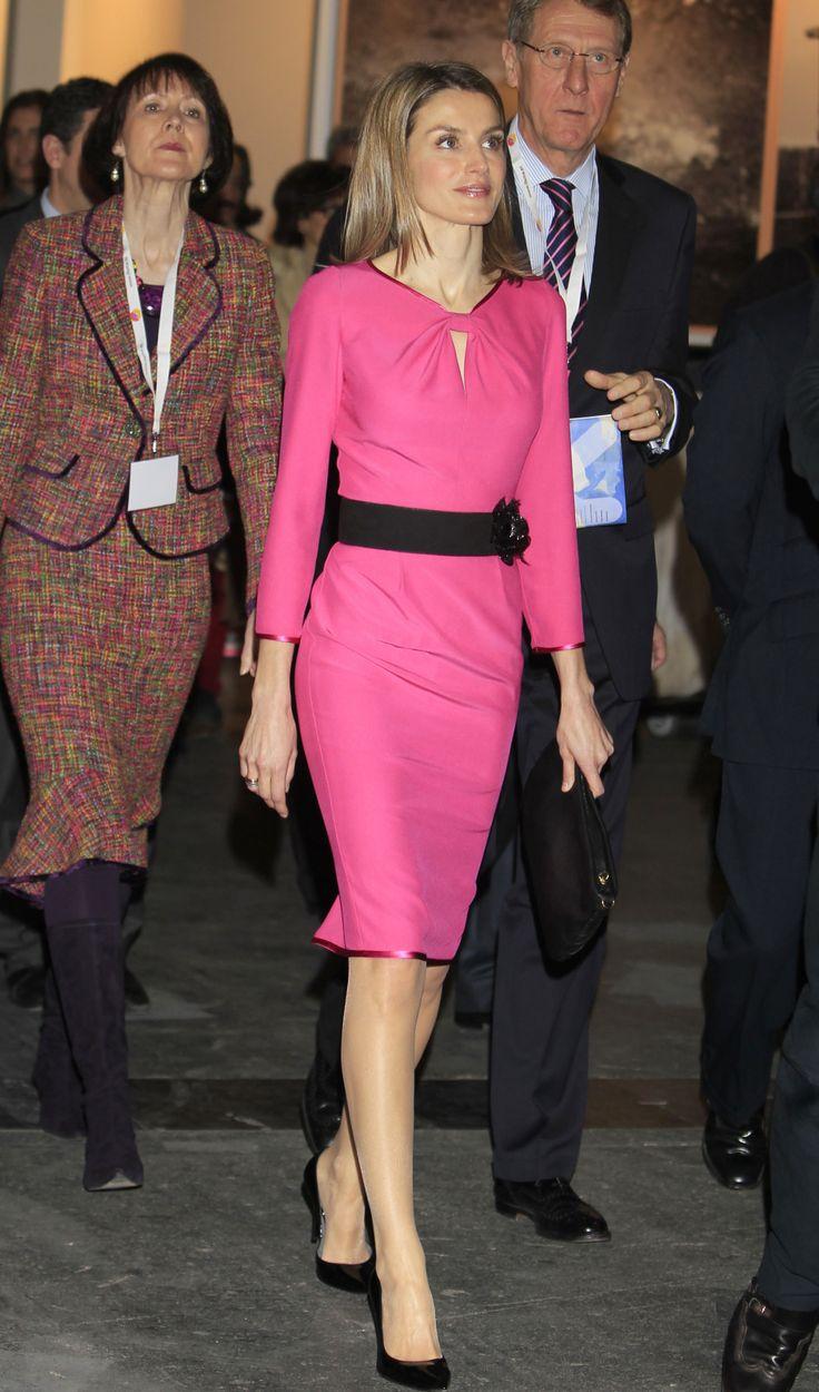 2012 El año pasado la Princesa estrenó un vestido entallado en color fucsia de Felipe Varela con apertura en el escote y filo de raso en las mangas y en el bajo combinado con cinturón con detalle de una flor, salones negros de Magrit y bolso negro con nudos decorativos en la parte delantera de Mango