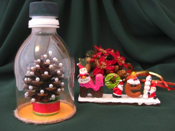松ぼっくりで作る、ミニクリスマスツリーは、工作を紹介しているサイトでもよく見かけますね。松ぼっくりのクリスマスツリーをアレンジして、ペットボトルの中に入れた置物を作ってみました。子どもが「クリスマス会で手作り品のプレゼント交換」というときなど、このクリスマスツリーボトルはいかがですか。