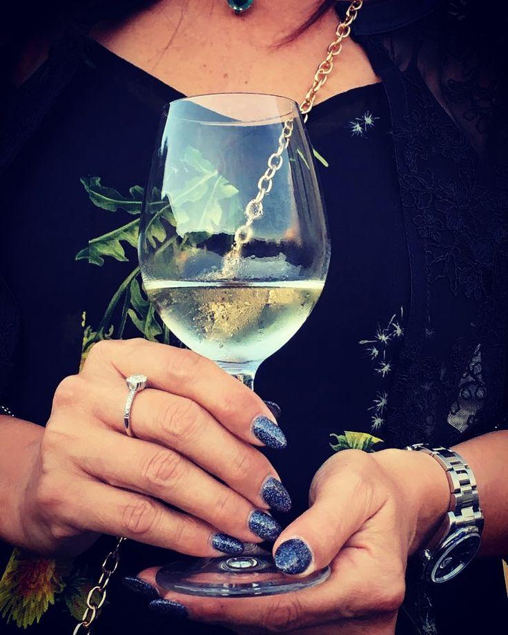 #brautifulnails #elegant #woman #womanandwine #donna #wineglass #whitewine #vinobianco #wine #francesconcollodi #eleganza #francescon #collodi #instagram