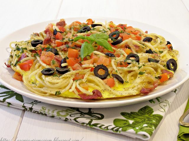 Omlet makaronowy z oliwkami i szynką parmeńska