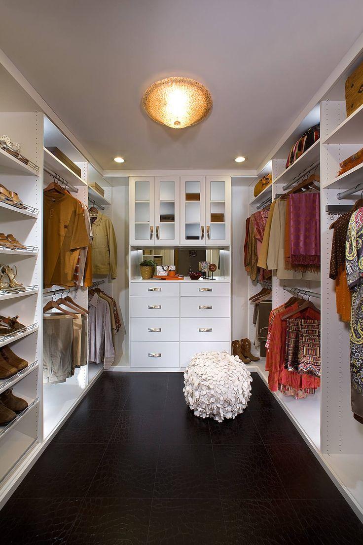 Helle weiße modulare Vorrichtungen bringen eine luftige Gefühl auf einen kleineren Raum, Höhe und Platzierung von Regalen und hängenden Stangen anpassbare Optionen vorsieht.