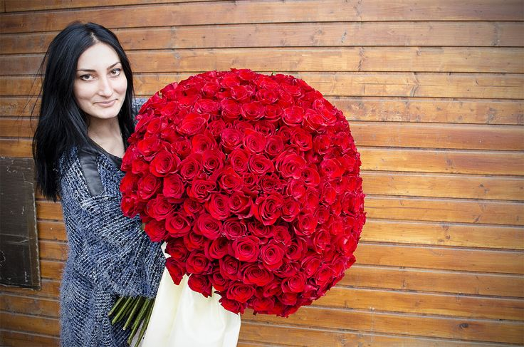 Huge red rose bouquet.  Buchet de trandafiri rosii