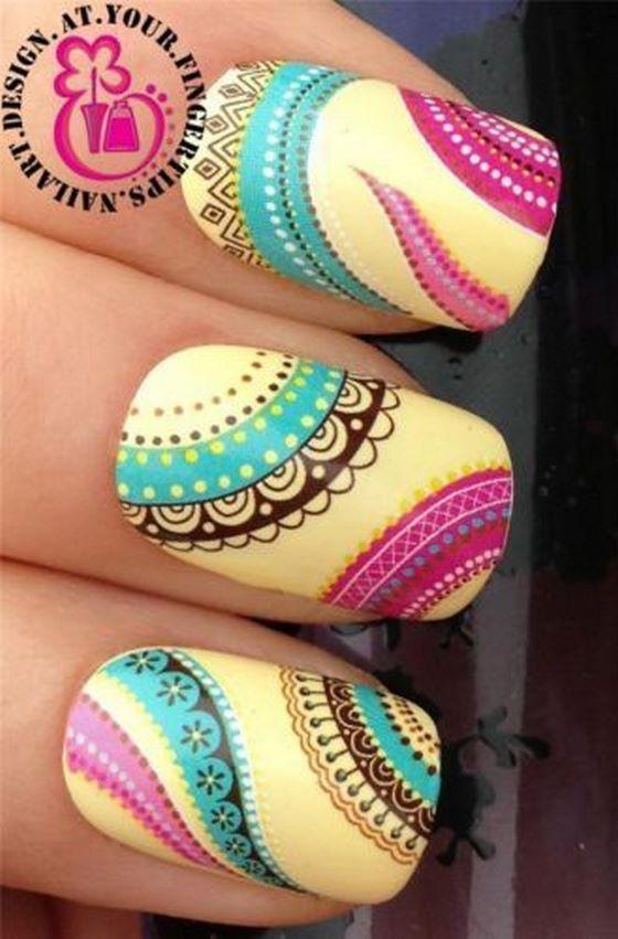 uñas decoradas con pegatinas de colores