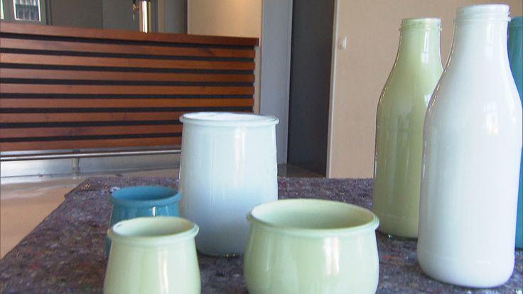 Zuhause im Glück: Eva bastelt aus alten Gläsern eine Farbvasenfamilie.