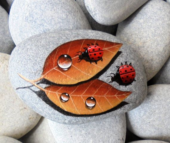 He encontrado este interesante anuncio de Etsy en https://www.etsy.com/es/listing/224725847/painted-stone-ladybugs-on-leafs-is