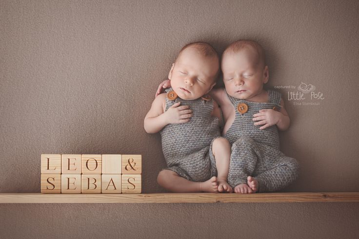 Newborn twins. Twins newborn photography. Twins posing idea.