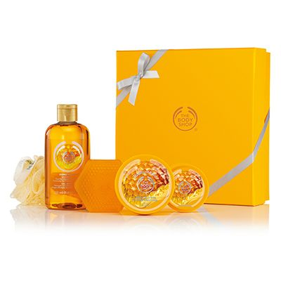 Pick the perfect gift with this fabulous Classic Honeymania Gift set. It contains a selection of rich honey scented goodies! Honeymania™ Shower Gel 8.4 fl oz Honeymania™ Body Butter 1.69 oz Honeymania™ Body Scrub 1.69 oz Honeymania™ Soap 3.5 oz Cream Mini Bath Lily