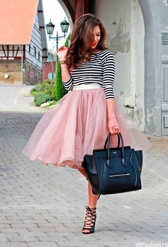 Уличный шик парижа, Девушка в кремовой юбке миди