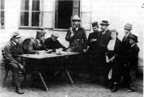 Közigazgatási feladatokat ellátó felkelők. Útlevélvizsgálat Nagymartoban 1921. október 10-én. (Középen ül Obendorf Károly, bányamérnökhallgató-főhadnagy.)