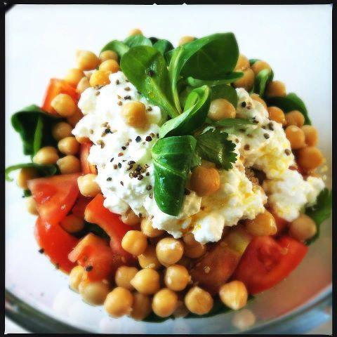Een frisse voedzame salade waar je de nodige uurtjes mee vooruit kunt. Bluebelle recept salade met kikkererwten