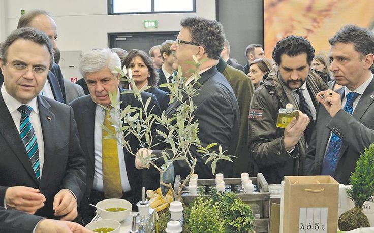 Ο κ. Τσαυτάρης στο περίπτερο του Λάδι Βιώσας μαζί με το Γενικό Γραμματέα Αγροτικής Πολιτικής και Διεθνών Σχέσεων του Υπουργείου κ. Δημήτρη Μελά, τον Ομοσπονδιακό Υπουργό Διατροφής, Γεωργίας και Προστασίας Καταναλωτή Dr Hans Peter Friedrich, τον Υφυπουργό Οικονομικής Συνεργασίας και Ανάπτυξης κ. Hans Joachim Fuchtel, τον Πρόεδρο του Συνδέσμου Γερμανών Αγροτών κ. Joachim Rukwied, τον Πρόεδρο της ΟΕΒ Τροφίμων, κ. Jürgen Abraham, το Δήμαρχο Βερολίνου κ. Klaus Wowereit & εκπροσώπους της Messe…