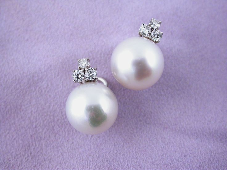 Earrings - Australian Pearls with Diamonds. 18 carat gold (kt), white gold,  6 diamonds brilliant cut, total weight 0.80 carat (ct) (G colour VVs clarity). 2 australian pearls 32.50 carat (ct) diameter: 14.00 mm. Codex: PEOS.