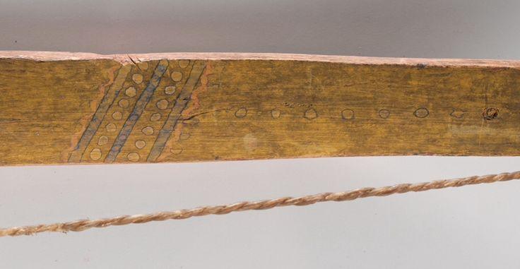 Изогнутый лук, Южные Шайены (Общество Тетив). Деталь (смотри ниже). Длина 41 дюйм.  Окрашен в жёлтый, чёрный, красный и белый цвет; декорирован с двух сторон точками и линиями; ручка обёрнута красной и чёрной шерстяной тканью, перевязанной хлопковой нитью; тетива из скрученных сухожилий. Период последняя четверть 19 века.  Из коллекции Денвера, Колорадо. Cowan's. 9/23/2016 – American Indian and Western Art.