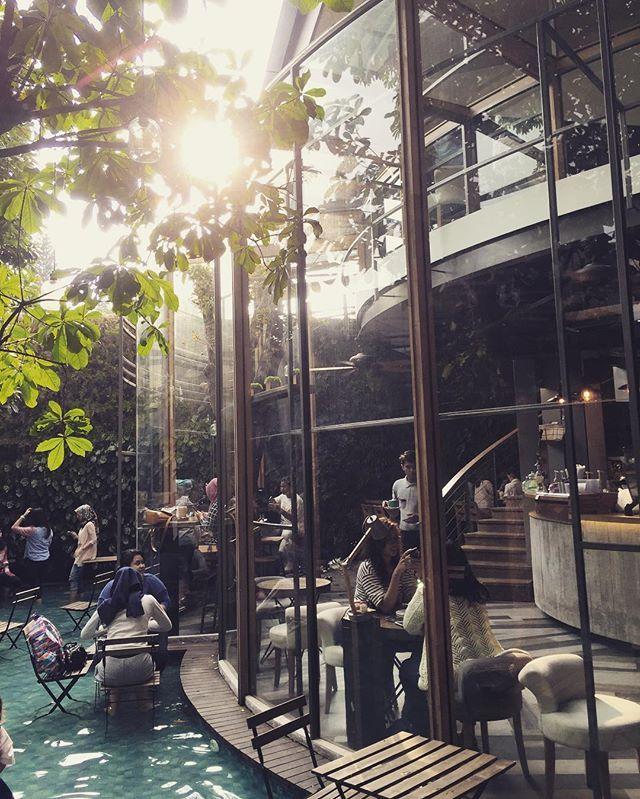 chillin sunday #cafelover #bandungkuliner #chillout #cafemusic #coffeecorners #coffeeshop #coffeetime #pool #bandungcafe #coffeebandung