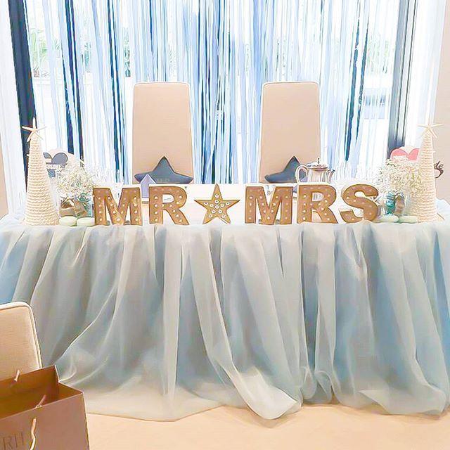 結婚式レポ 私が唯一一番打ち合わせを重ねたこだわりのチュール高砂の全貌?! よく全体が見える写真を見たいと言われるのですが、なかなか全貌が見える写真がない… これもイスが入っちゃってるよカメラマンさん✋!!! もりもりのお花の高砂に興味のなかった私は、Pinterestで気になってたギラギラのグリッターのMR&MRSとチュールの画像が頭から離れなく… それを再現したくて、自分達のテーマと合うように誰もやってない水色チュールにしてもらい、MR&MRSをギラギラのグリッターでマーキーライトで作りました♥ 自作のシェルツリーを両サイドに置き、マーキーライトとの隙間にだけ置ける量のかすみそうをこれまた持参のballのメイソンジャーにいれてもらい… お花がほぼない高砂ですw 真冬なのにシェルとかw いろみも寒いw でもいいんです♥w 誰もやってないのが、やりたい性格だからw #テーマはbeachchristmas ⚓だから ちなみにチュール高砂は式場のフローリストさんにつくってもらいました チュールをいろいろ揃えてもらって打ち合わせしたり、リハーサルで...