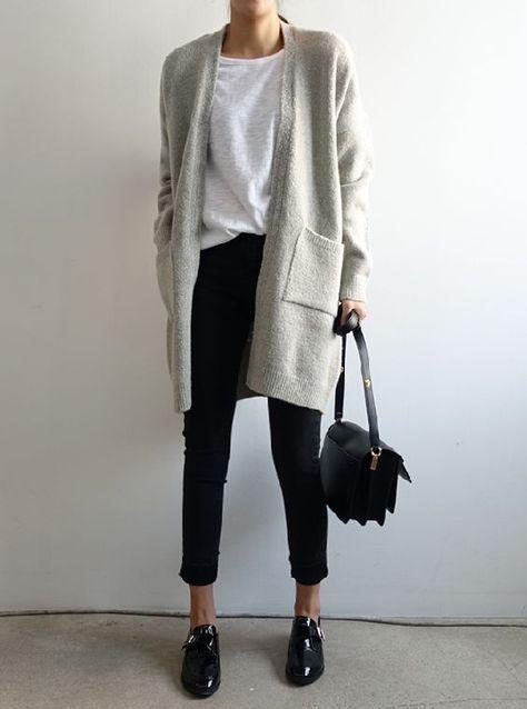 taubengraue Strickjacke, kurze schwarze Jeans, ein weißes T-Shirt und schwarze Schuhe für das Büro #teesandjeansoutfit