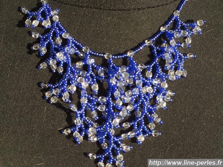 """Collier Corail Bleu en perles de rocaille et perles de cristal. Fait à la main par """"Line et les perles""""."""