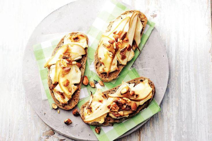 Kijk wat een lekker recept ik heb gevonden op Allerhande! Toast met geitenkaas, peer en amandel