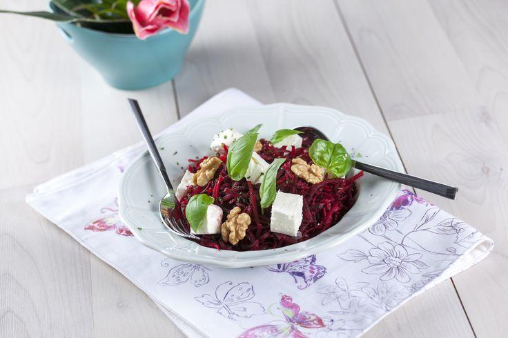No verão as saladas sabem ainda melhor. Hoje sugerimos uma Salada de beterraba. Bom apetite.
