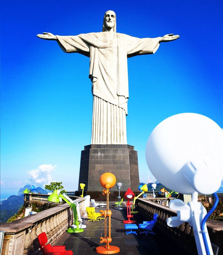 Mal in Brazil. The Mal1956 sets and Lummel lamps at the bottom of the Jesus statue in Rio de Janeiro Corcovado mountain in Brazilië.